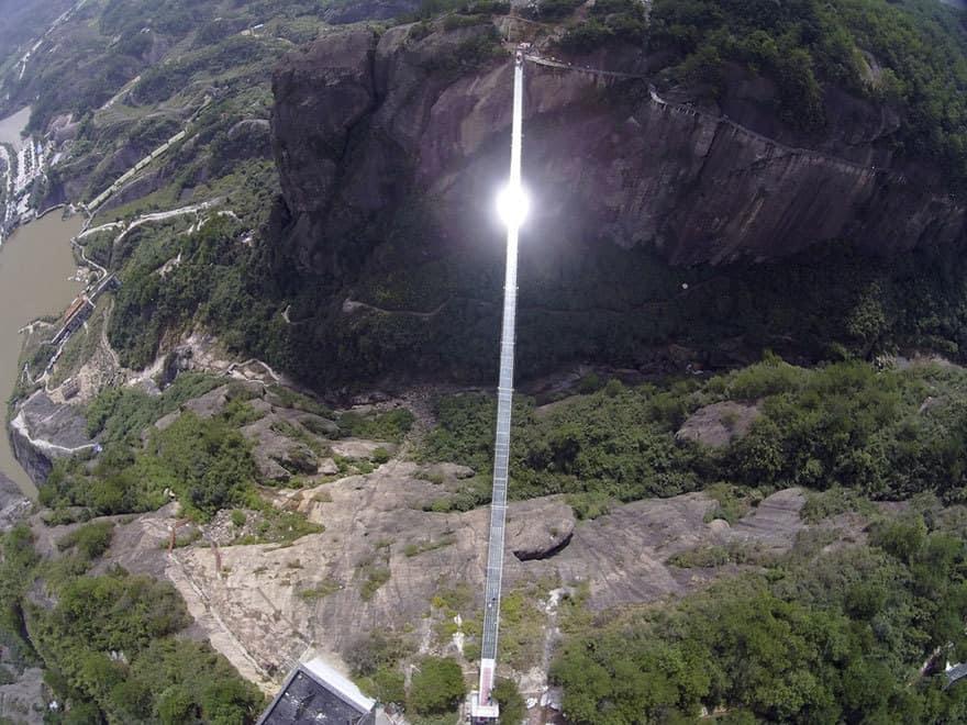 【怖すぎる】中国発、世界一長いガラス張りの橋がやばい!!.jpg