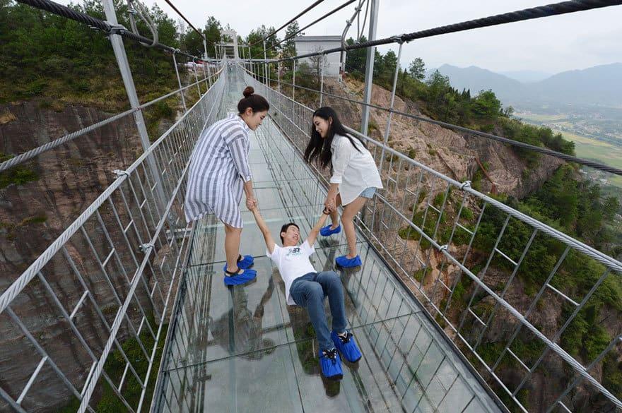 【怖すぎる】中国発、世界一長いガラス張りの橋がやばい!!5.jpg