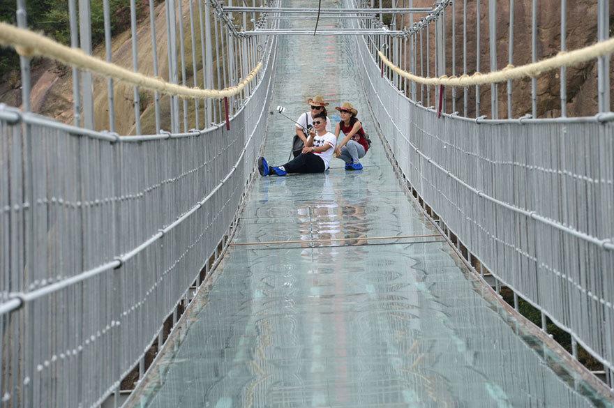 【怖すぎる】中国発、世界一長いガラス張りの橋がやばい!!7.jpg