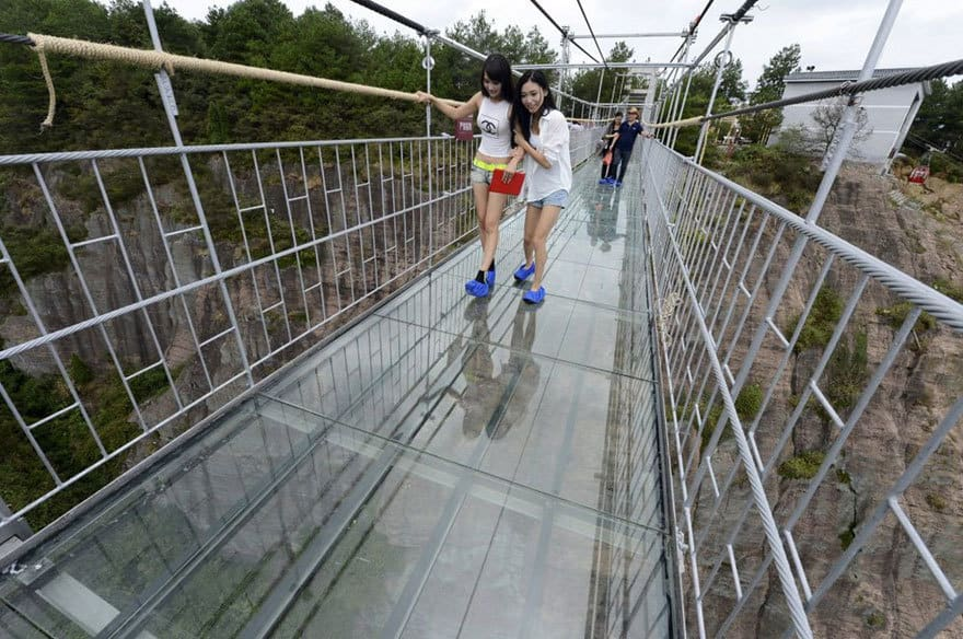 【怖すぎる】中国発、世界一長いガラス張りの橋がやばい!!8.jpg