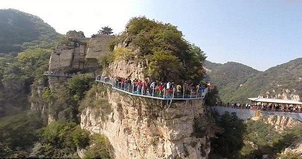 【崩壊寸前】中国で上空1080mにあるガラス張りの歩道が割れる。【ニュース】1.jpg