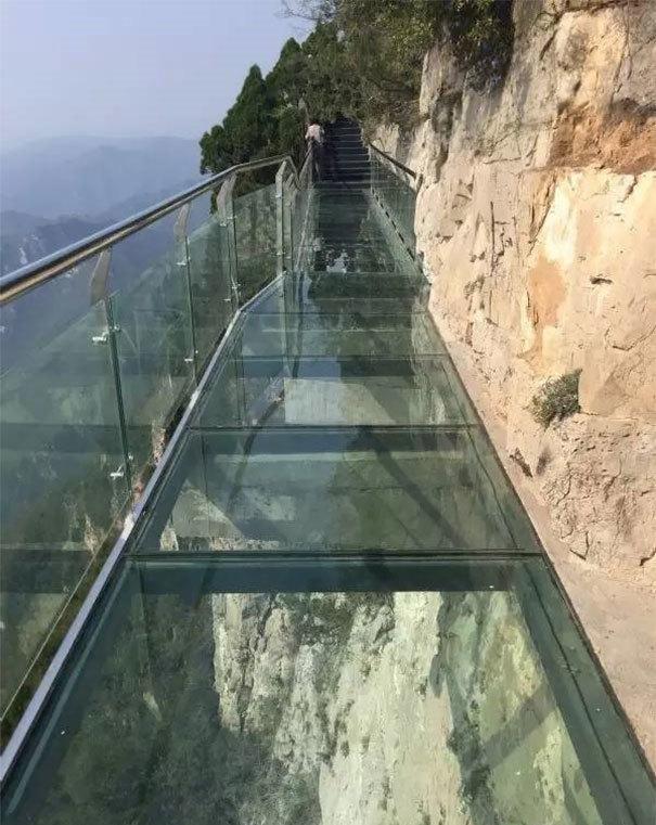 【崩壊寸前】中国で上空1080mにあるガラス張りの歩道が割れる。【ニュース】3.jpg
