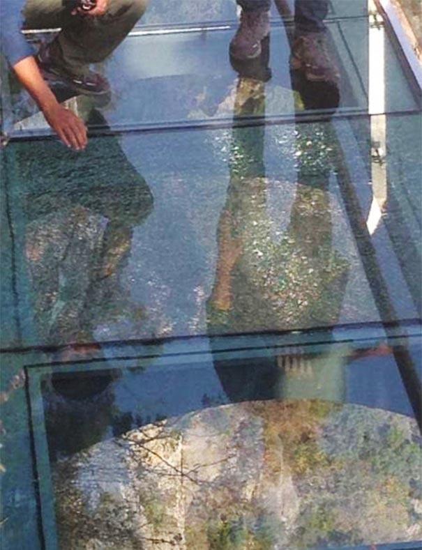 【崩壊寸前】中国で上空1080mにあるガラス張りの歩道が割れる。【ニュース】4.jpg