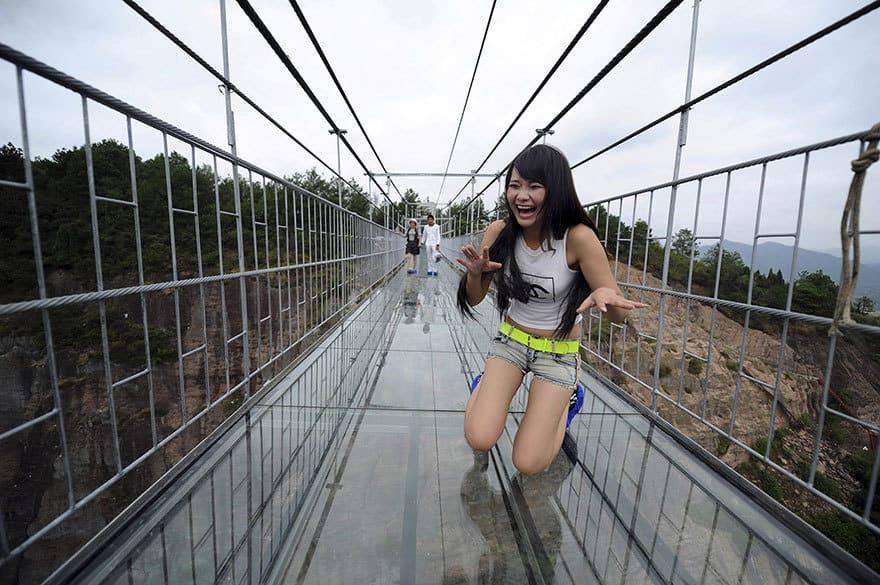 【怖すぎる】中国発、世界一長いガラス張りの橋がやばい!!2.jpg