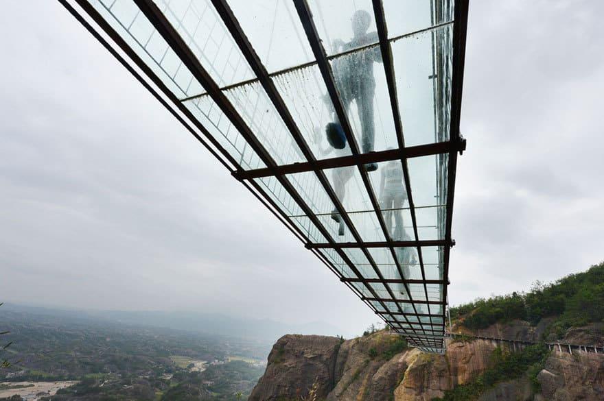 【怖すぎる】中国発、世界一長いガラス張りの橋がやばい!!4.jpg