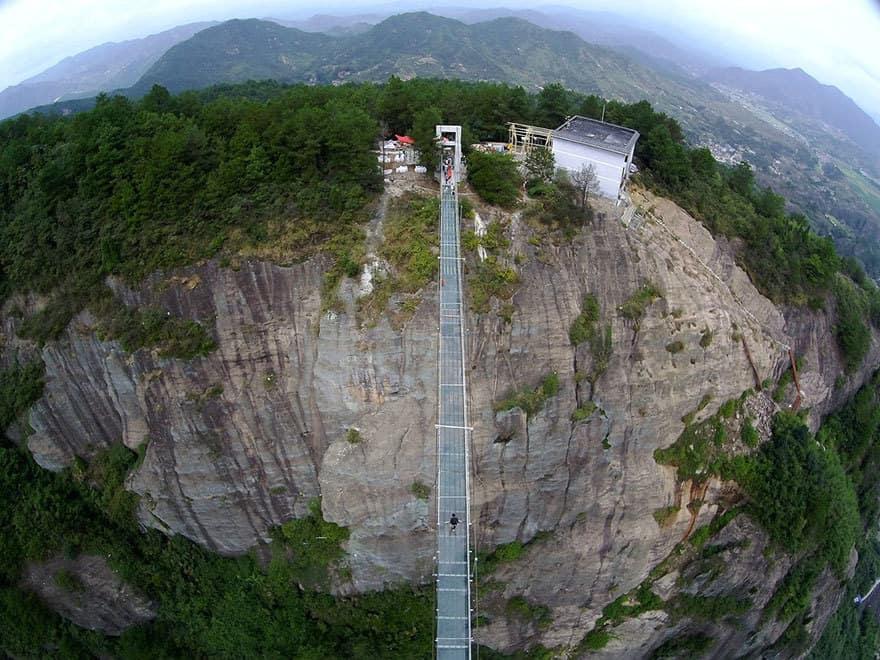 【怖すぎる】中国発、世界一長いガラス張りの橋がやばい!!6.jpg