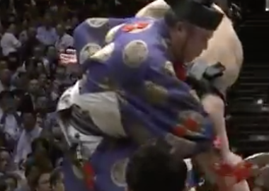 大相撲 行司 落下のハプニング動画はこちら!盛大にフェードアウト....wwww